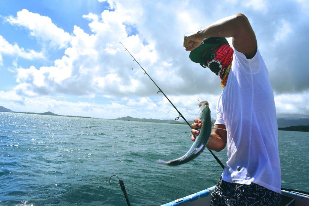 魚釣りをしている人の写真です