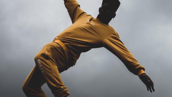 ロボットダンスをする人のイメージ写真
