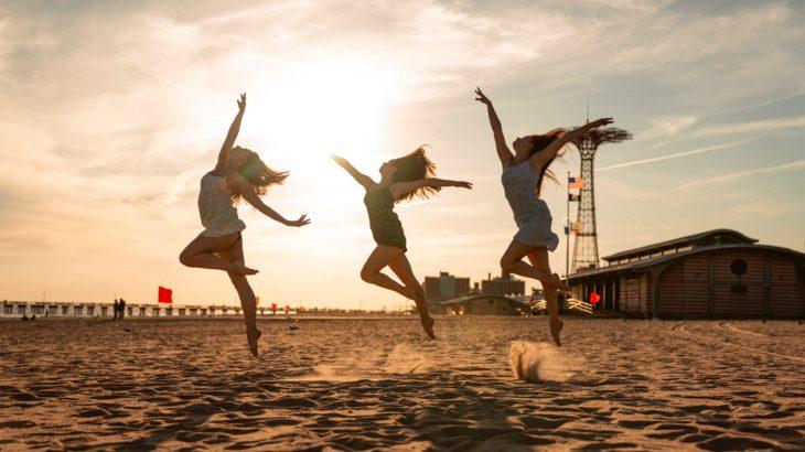 人生を楽しんでいる人たちの写真