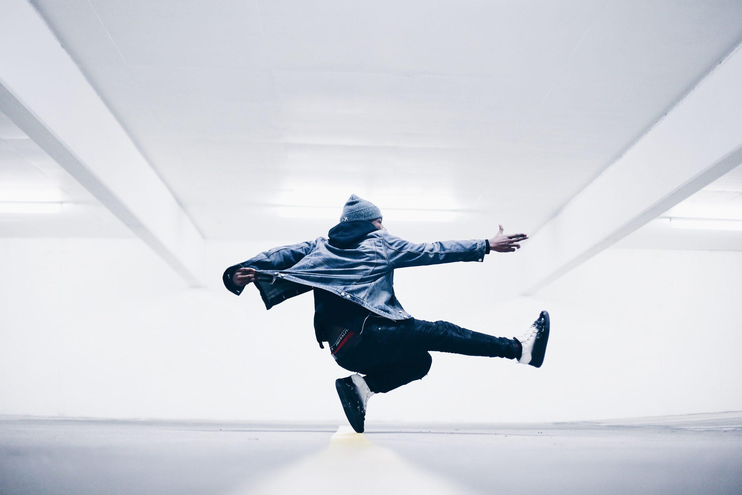 ダンスを練習する人