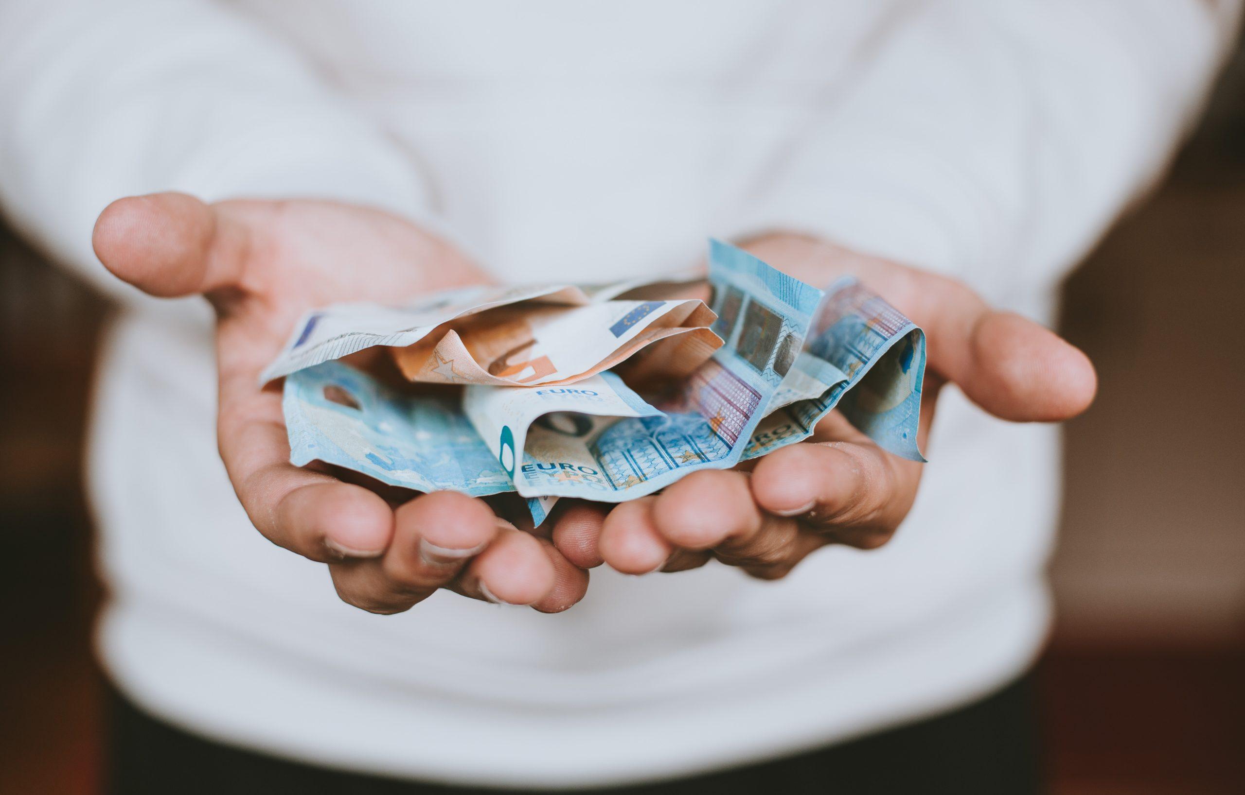 お金を差し出している写真