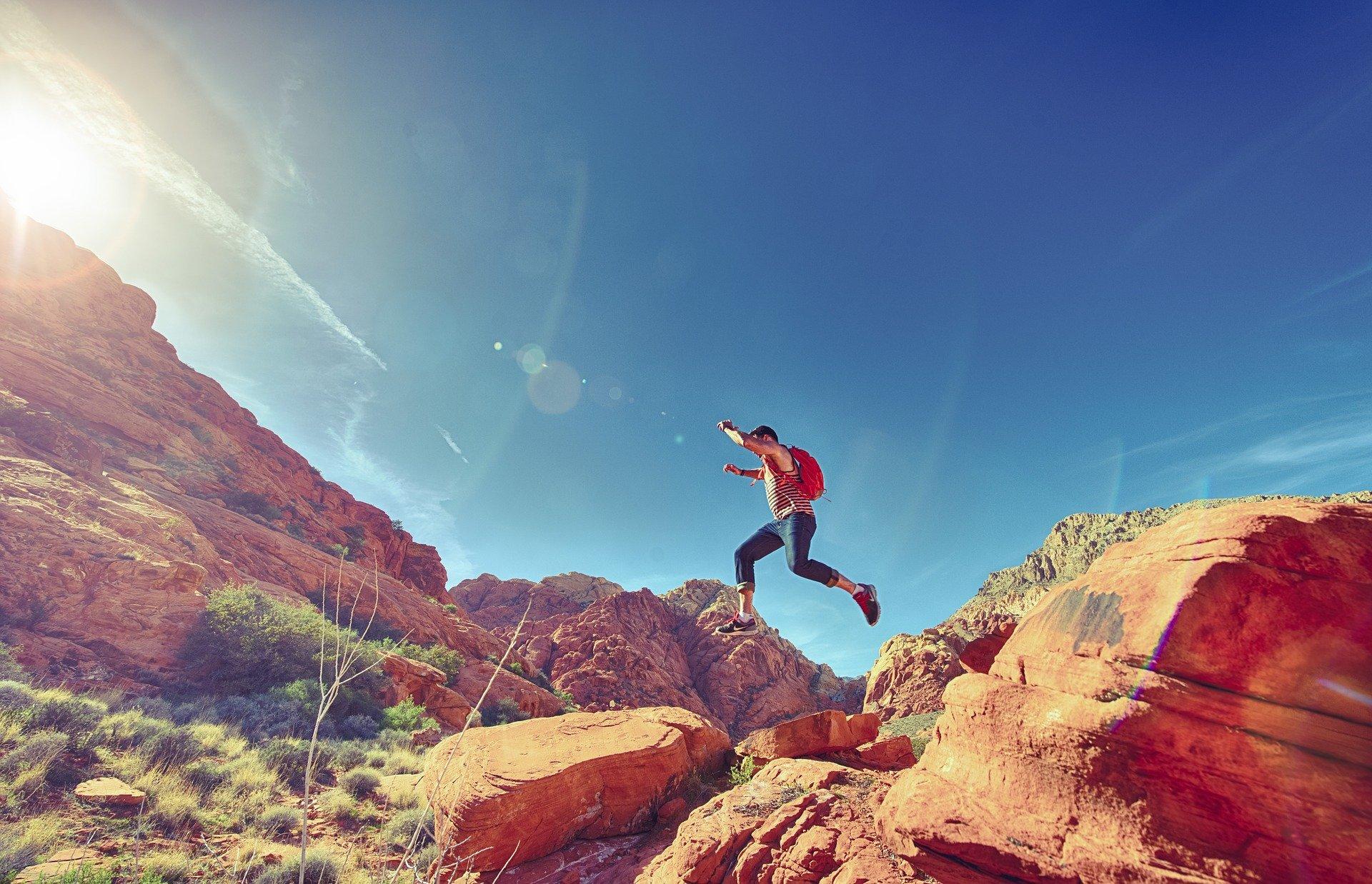 山を登っている人
