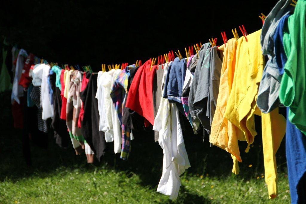 洗濯物を干している写真
