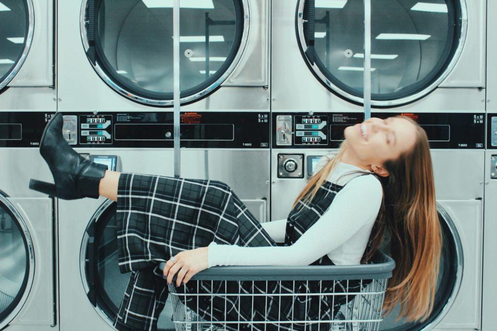 洗濯を楽しんでいるような女性