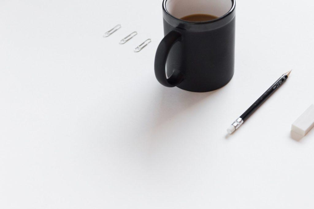 マグカップとペンの写真