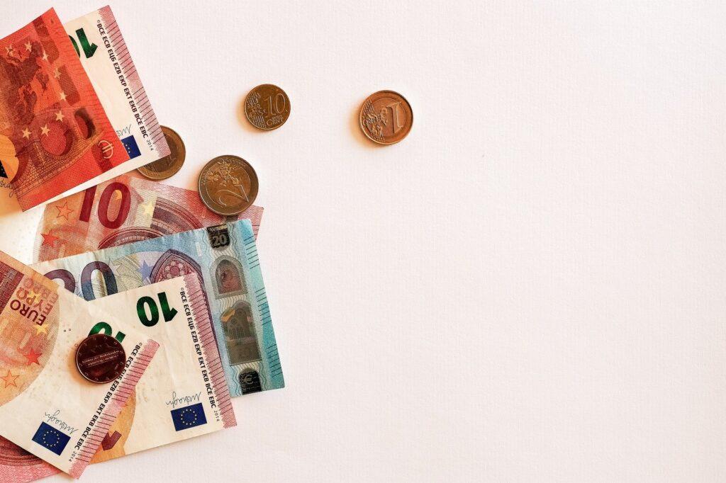 左端に外国のお金が見える写真