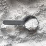 プロテインの粉とスプーンの写真